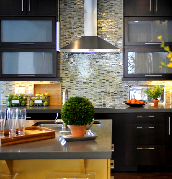 21 Kitchen Backsplash Ideas and Design Tips || The Ultimate Creative Guide: #17 Glass tile