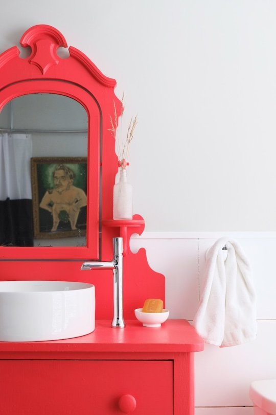 Red bathroom decor ideas and walls
