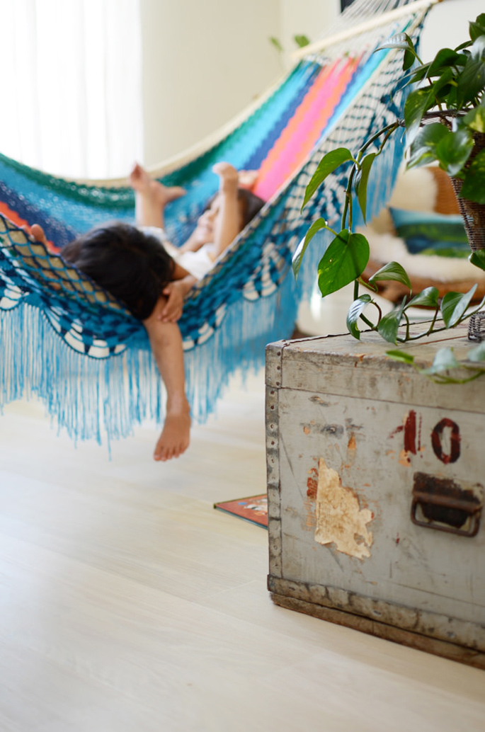 How to add a relaxing indoor hammock in your home home for Diy bedroom hammock